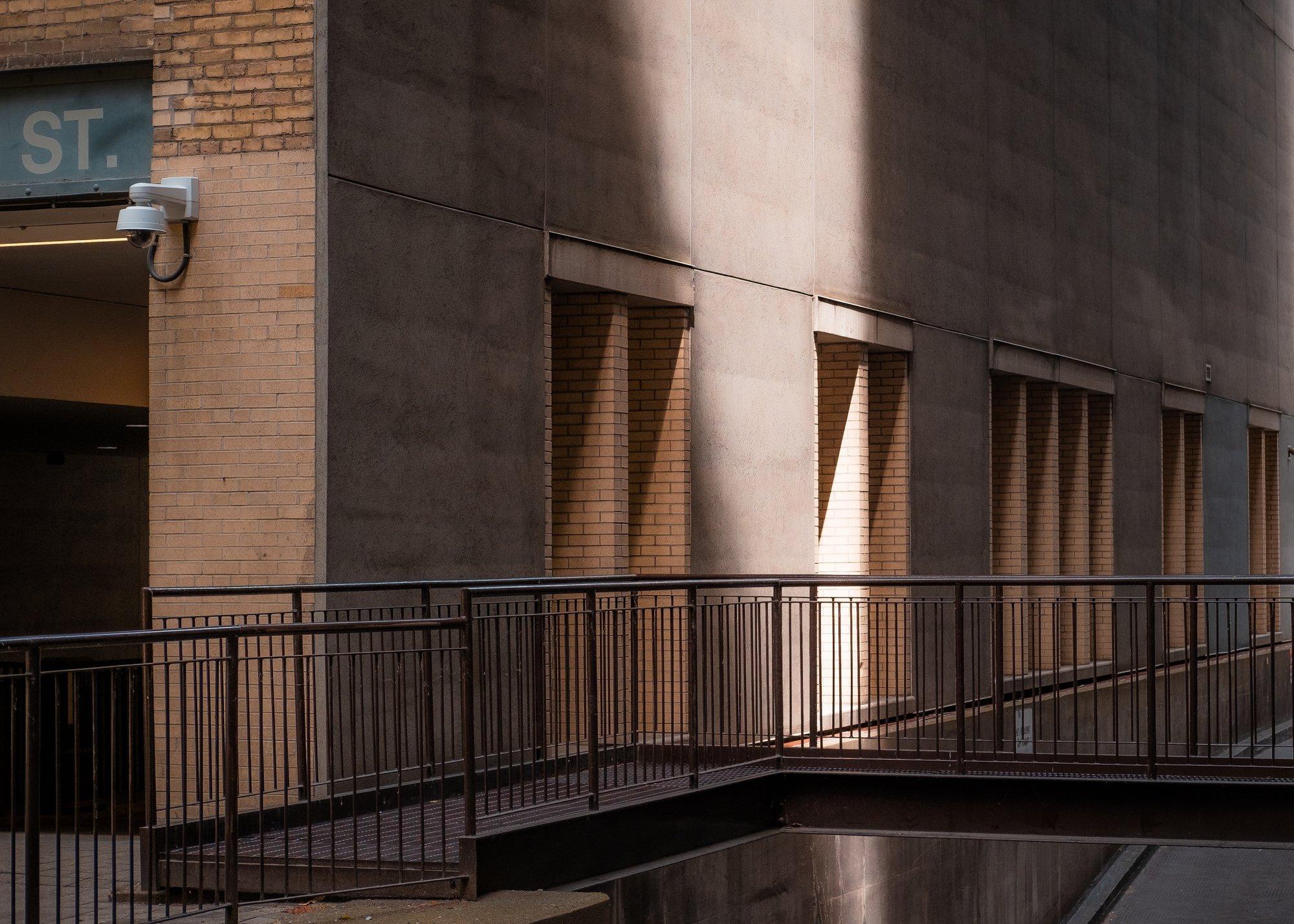 a beam of light strikes the side of a city building 一束光线击中了一座城市建筑的侧面。