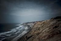 brown rocky shore near body of water during daytime 白天靠近水体的褐色岩石海岸
