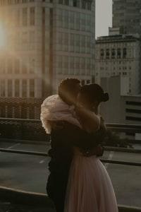man kissing womans forehead 男人亲吻女人的额头