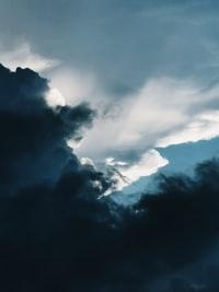 white clouds on black sky 乌云密布